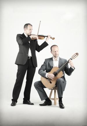 Animacorde tocando el violín y la guitarra